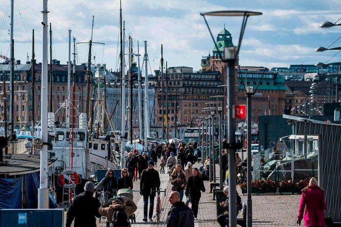 Mensen flaneren in Stockholm.