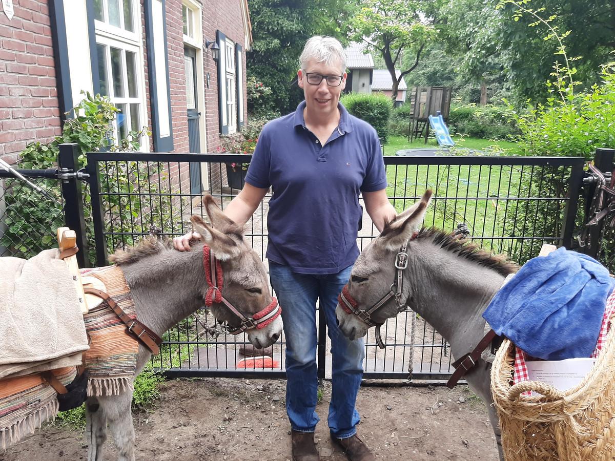 Bart Stokkermans met de ezels Joepie (links) en Iejor.