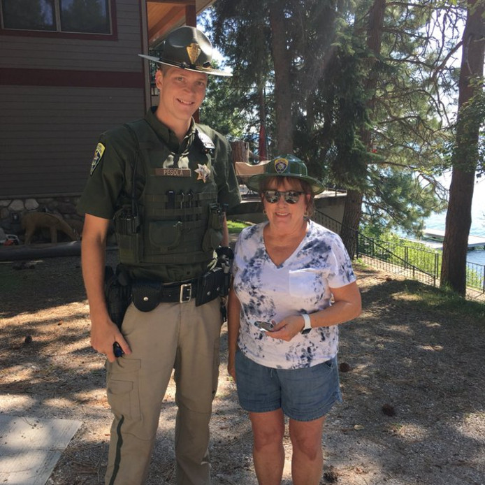 Oma Baumgartner krijgt een hoed en insigne voor haar 'politiewerk'.