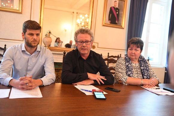 Persconferentie na evacuatie na industriebrand. Links Tom Van de Auwera (plaatsvervangend burgemeester Haacht), in het midden Kris Leaerts (burgemeester Kampenhout), rechts Karin Derua (burgemeester Boortmeerbeek).