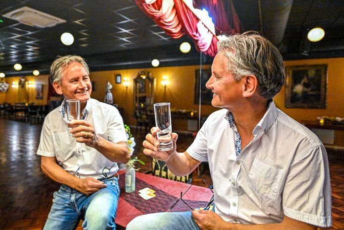 Ruud Goetjaer brengt een toost uit nu zijn dansschool weer opengaat.