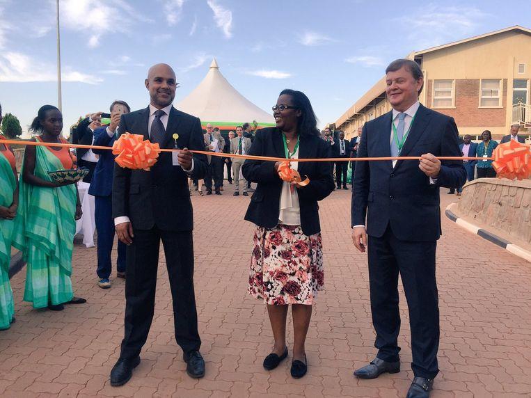 Feike Sijbesma (links) bij de opening van de nieuwe DSM-voedselfabriek in Rwanda, twee jaar geleden. Beeld