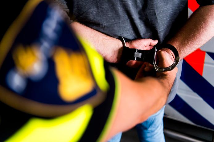 De nieuwe handboeien van de politie.