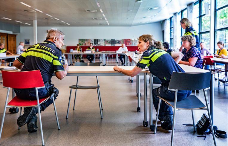 Een anderhalvemetervergadering in Driebergen, met nationaal commandant en zijn vijftien stafleden. Beeld Raymond Rutting / de Volkskrant