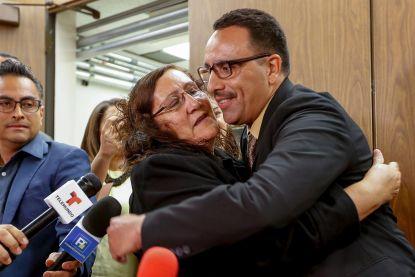 """20 jaar geleden belandde hij onschuldig in de cel, maar nu is hij eindelijk vrij: """"Ik wist dat ik gewoon geduld moest hebben"""""""
