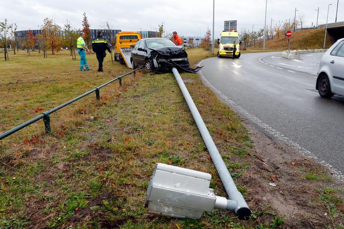 De lantaarnpaal en de auto in Eindhoven.