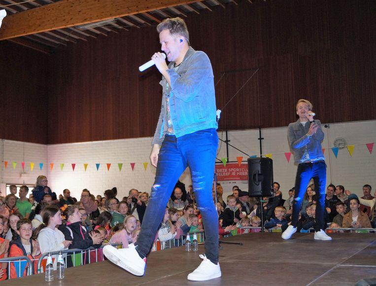 Hoogtepunt van de dag in de Gemeenteschool was het optreden van kinderpopduo Blitz in de turnzaal.