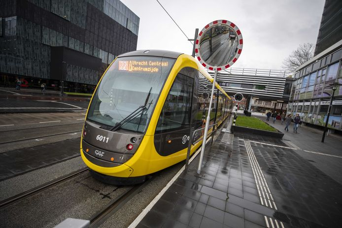 Een tram op het Utrecht Science Park. Het asfalt tussen de rails slijt sneller dan verwacht.