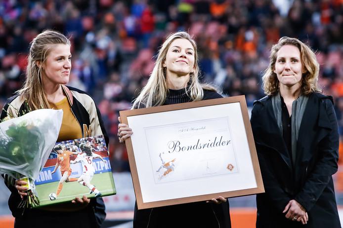 Kirsten van der Ven, Anouk Hoogendijk en Manon Melis (vlnr) zijn benoemd tot bondsridders van de KNVB.