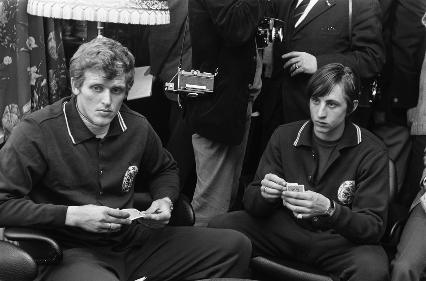 11 april 1969: Piet Keizer (links) en Johan Cruijff kaarten tijdens de voorbereiding op de Europacupwedstrijd tegen Spartak Trnava.