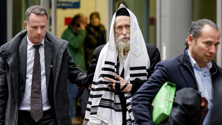 De van ontucht verdachte rabbijn Eliezer Berland (in het midden) met zijn advocaat Louis de Leon bij de rechtbank in Haarlem. Beeld anp