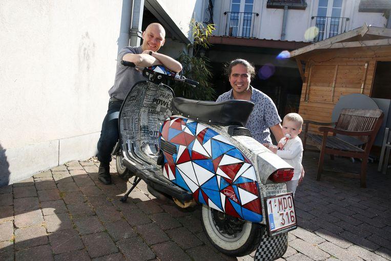 Andy De Brouwer en  kunstenaar Michael Peetermans drie jaar geleden bij de Lambretta die Peetermans toen in een nieuw kleedje stak.