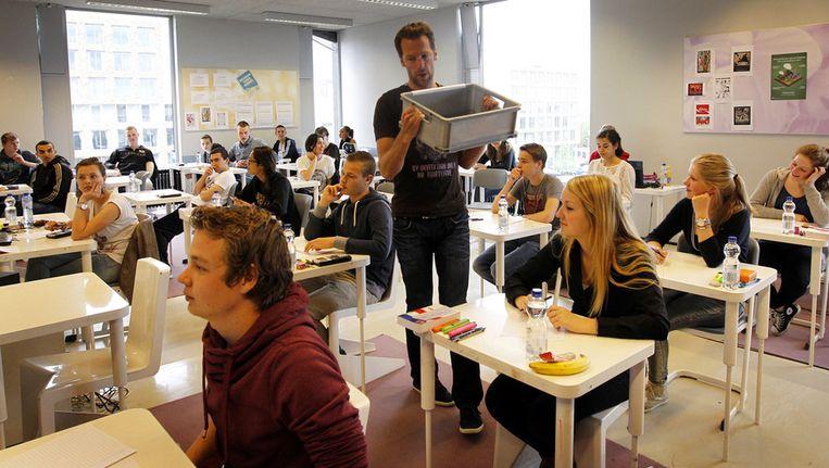 Mobiele telefoons worden verzameld in het Leidsche Rijn College voorafgaand aan het examen van dit jaar. Beeld null
