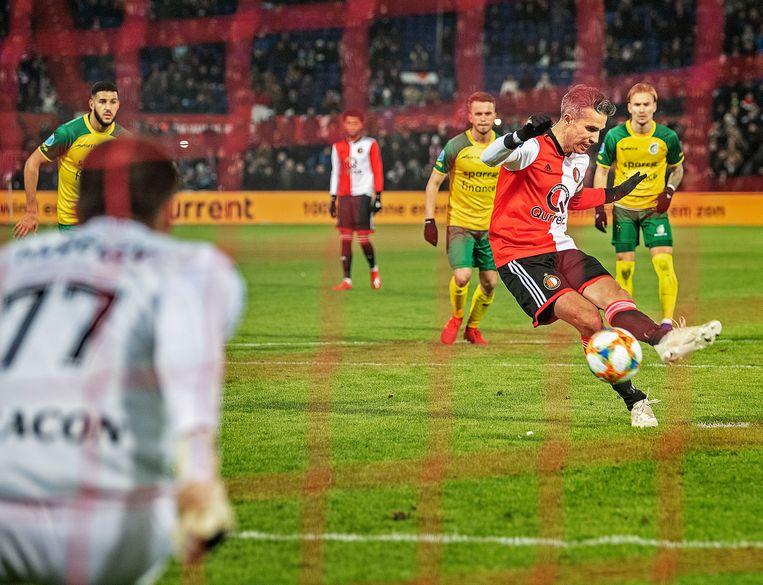 Robin van Persie schiet met links de strafschop perfect in, Fortuna-keeper Alexei Koselev gaat de verkeerde kant op. Feyenoord bekert verder. Beeld Guus Dubbelman / de Volkskrant