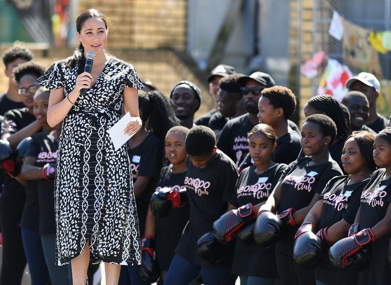 Op de eerste dag van de Afrikaanse tour sprak Meghan een groep tienermeisjes in een sloppenwijk iets buiten Kaapstad toe