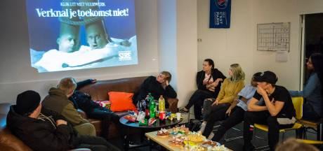 Enschedese jongeren over vuurwerk: 'Het gaf een harde knal, dus ik had die straf wel verdiend'