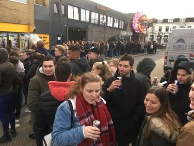 Grote belangstelling jeugd voor carnaval in Prinsenbeeks café