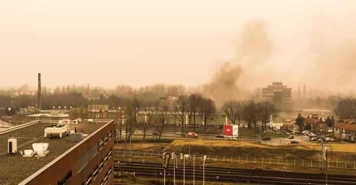 Ramen en deuren dicht, De Fam staat in brand, was het bericht. Vanaf het appartementen-complex Den Hertogh kon ik zien dat het oude gedeelte van De Faam gelukkig gespaard zal blijven.