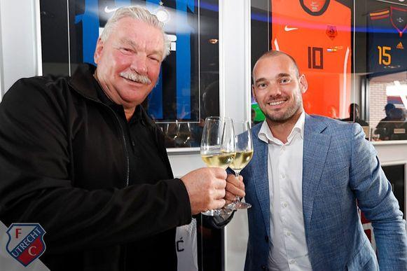 Clubeigenaar Frans van Seumeren en Wesley Sneijder toasten op het contract. Sneijder krijgt een eigen skybox in stadion Galgenwaard van FC Utrecht.