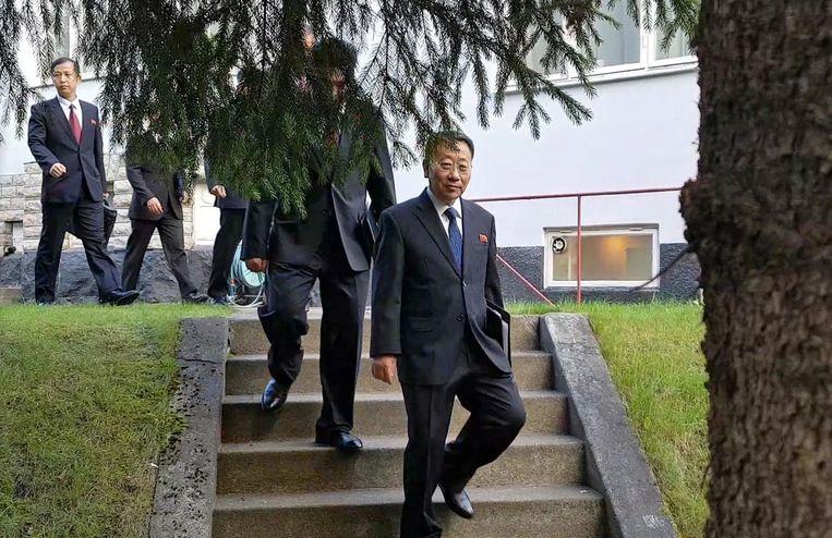 Noord-Korea's hoofdonderhandelaar Kim Myong-gil verlaat de Noord-Koreaanse ambassade in Stockholm. Beeld EPA