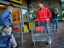 Supermarkten binden strijd tegen corona weer aan met seniorenuren en schoonmakers
