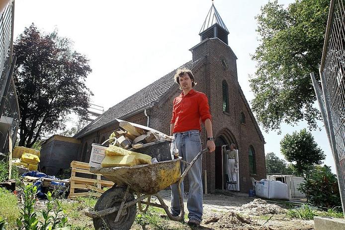 Architect Ronald Olthof verbouwde het voormalige kerkje aan de Borculose weg in Haarlo tot zijn woning. foto Jan Houwers