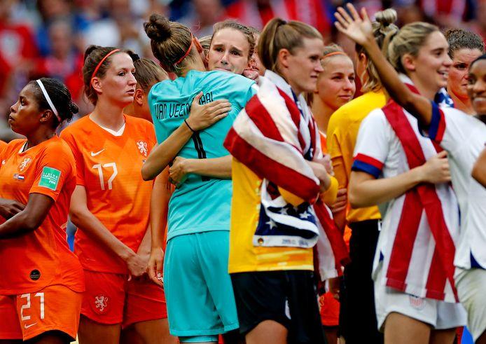 Sari van Veenendaal troost Vivianne Mieedema terwijl de Amerikanen feestvieren.