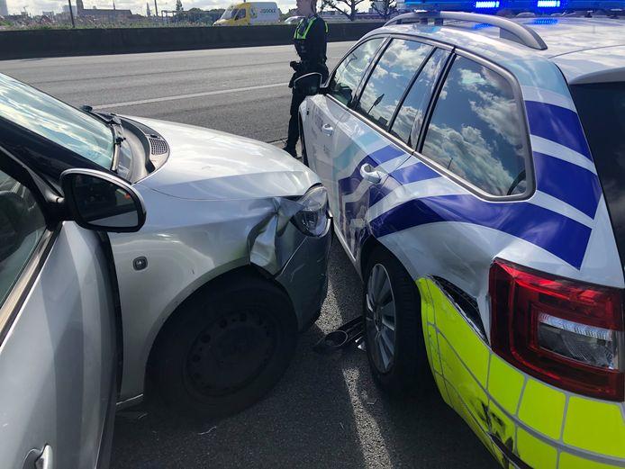 Het voertuig werd klemgereden op de Ring.