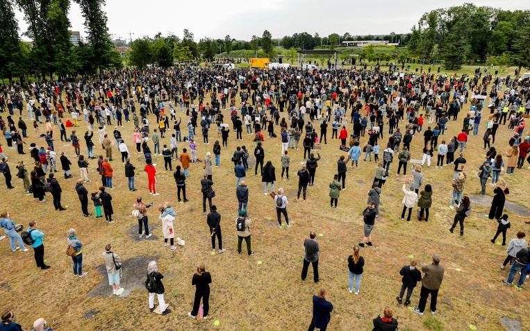 Demonstratie tegen racisme in het Nelson Mandelapark. Tijdens de anti-racismedemonstraties van de afgelopen maand laaide de discussie over het Nederlandse slavernijverleden op. Beeld ANP