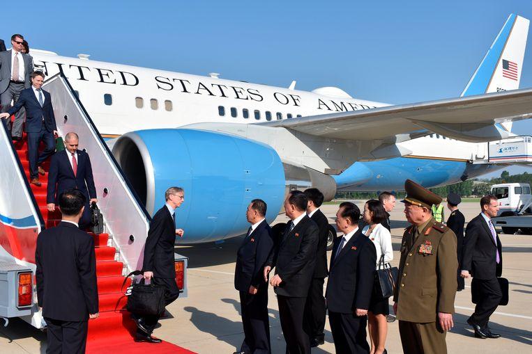 De Amerikaanse delegatie landt in Noord-Korea. Later zouden drie Amerikaanse gevangenen mee terugvliegen naar de Verenigde Staten. Beeld REUTERS