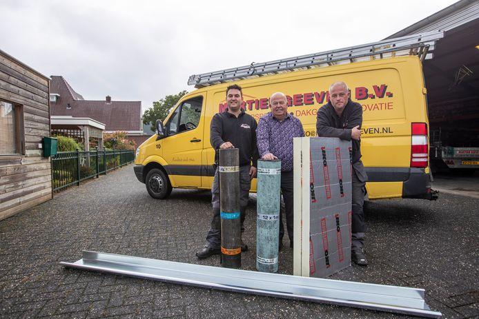Dakdekkers bedrijf Geeven bestaat 75 jaar. V.l.n.r. Thijs Geeven, Martien Geeven en Bjorn Geeven.