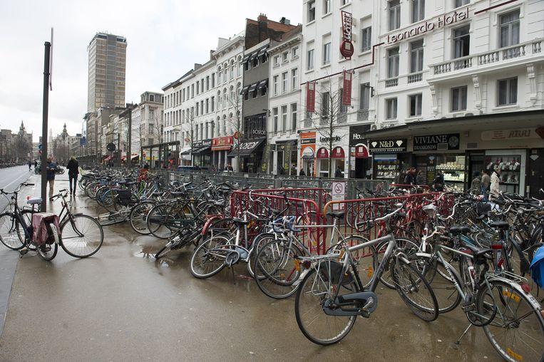 De De Keyserlei ligt bezaaid met fietsen.