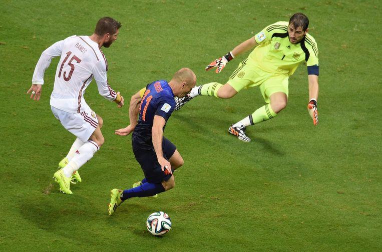 Robben met Casillas en Ramos (links), kort voordat hij de 5-1 maakt tegen Spanje. Beeld afp
