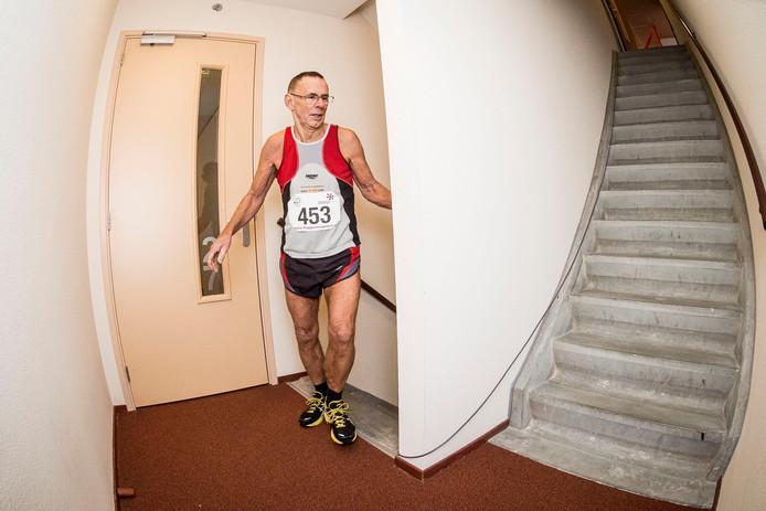 Eise Veenstra, met zijn 74 jaren de oudste deelnemer, komt boven in een tijd van 4.15 minuten. Foto: Emiel Muijderman