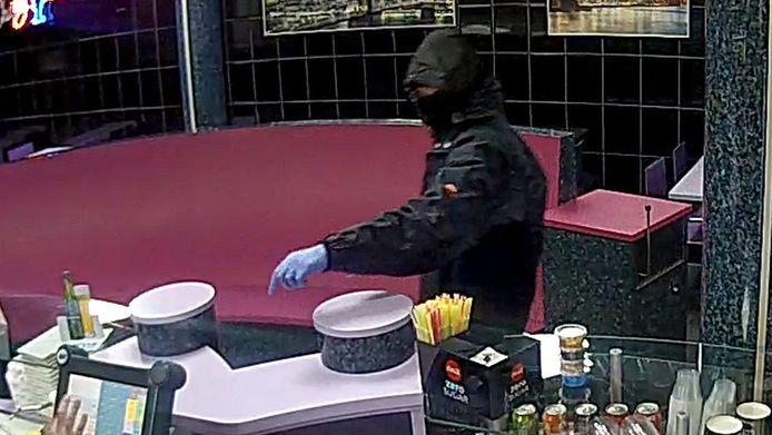 Een overvaller met opvallende, blauwe handschoenen slaat toe in Apeldoorn.