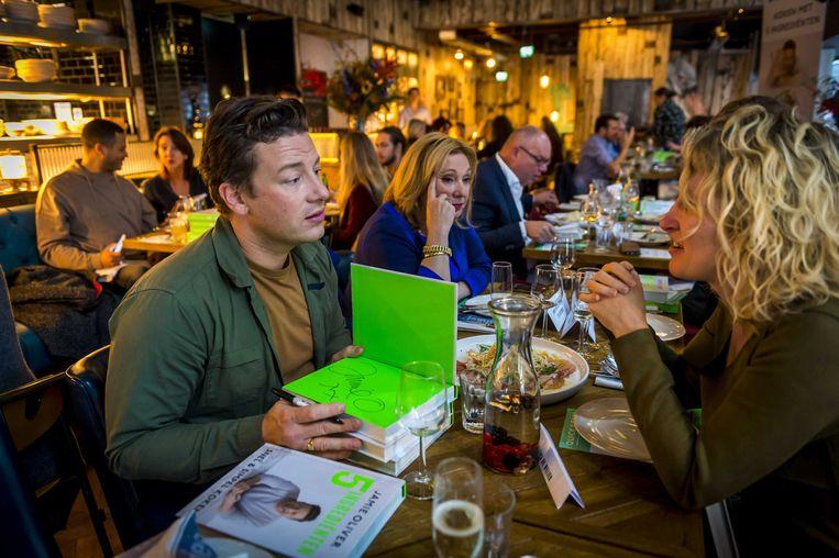 Topchef Jamie Oliver tijdens de presentatie van zijn nieuwe kookboek, '5 ingrediënten', in zijn restaurant Jamie's Italie.