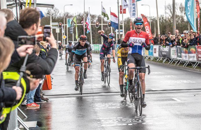 Een uitzinnige David Dekker komt als eerste over de streep bij de Ster van Zwolle.