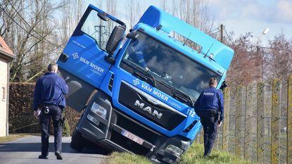 Vrachtwagen sukkelt in sloot: straat urenlang afgesloten