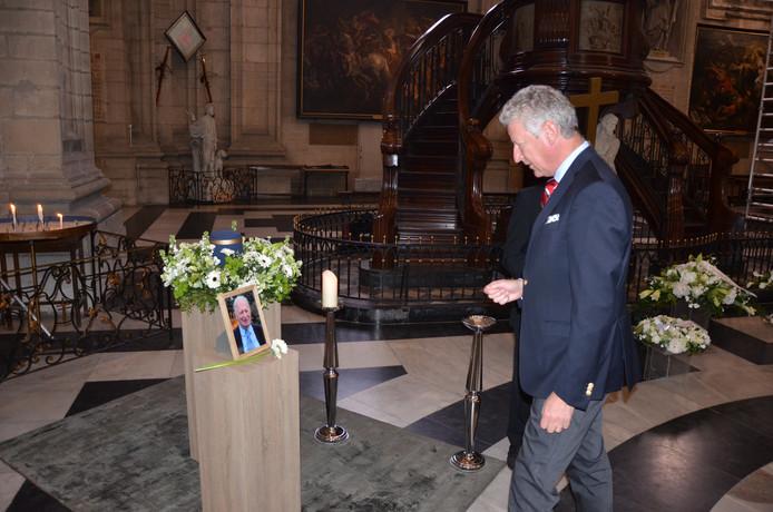 Minister De Crem brengt een laatste groet aan Fritz Derom.