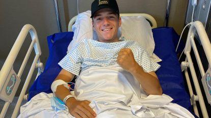 """Remco Evenepoel reageert voor het eerst vanuit het ziekenhuis op zijn val: """"Ik kom sterker dan ooit terug"""""""
