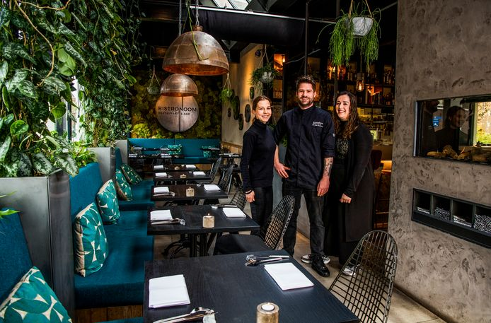 Serveerster Mabel Kuil, eigenaar Jan Cees Graafland en marketeer Latifa Bounjoua (v.l.n.r.) van restaurant Bistronoom in Woerden.