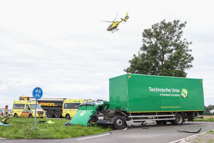 De cabine van de vrachtwagen kwam los van het chassis. Wegens de impact van de aanrijding is het een wonder dat de vrachtwagenchauffeur hierna zelf de ambulance kon inlopen.