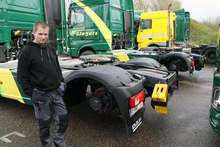 Operations manager Pieter Musiek bij een van de getroffen trekkers.