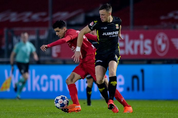 Oussama Bouyaghlafen namens Almere City FC in duel met Sam Beukema van Go Ahead Eagles