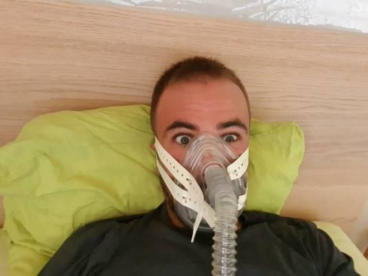 Victor Campenaerts op hoogtestage van 10.000 meter met masker.