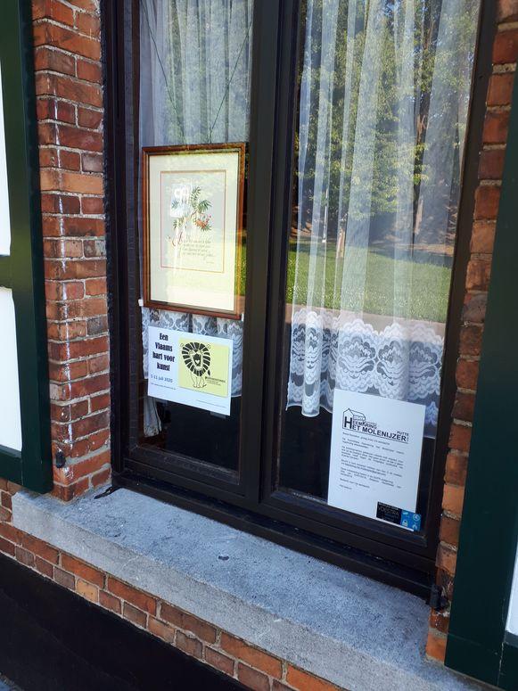Huizen die kunst tonen, hebben een leeuwtje aan hun raam hangen