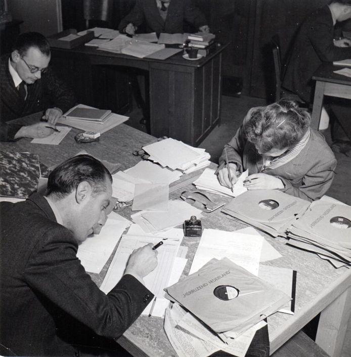 Selecteren van grammofoonplaten. Op de voorgrond Tonny Schifferstein. archief Kees Nijsen