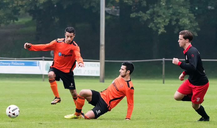 Vitesse'08-spelers Azis Ait-Bassou (links) en Safa Kizir in actie.