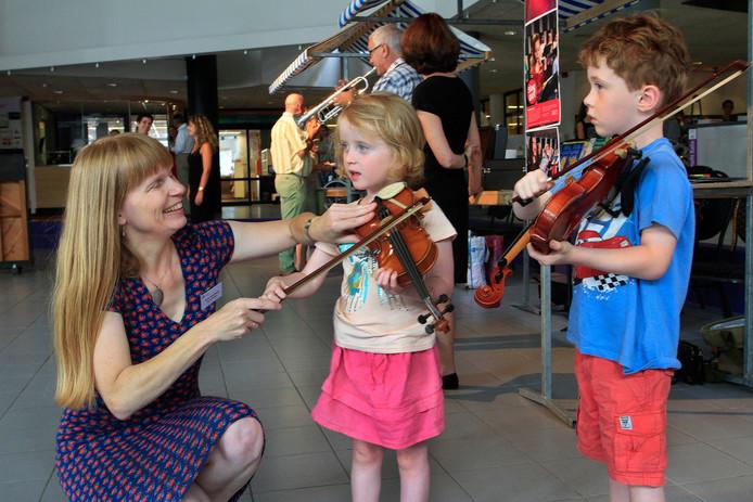 foto gerard van offeren/pix4profs  Open dag Nieuwe Nobelaer  in 2016.  Femke en Sven maken kennis met de viool , docente viool Philien Wakelkamp geeft uitleg aan de kinderen.