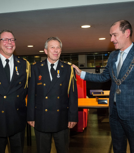 Lintje voor vertrekkende brandweerlieden uit Delden en Almelo